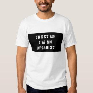 Confíe en que yo es una camiseta del Apiarist Poleras