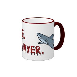 Confíe en que yo es una taza del tiburón del aboga