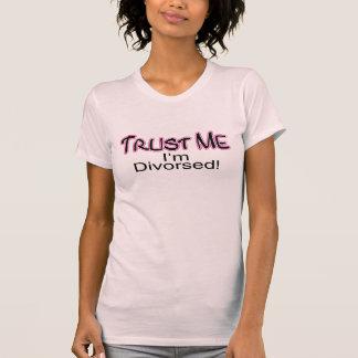 Confíe en que yo está divorciado (rosa) camisas