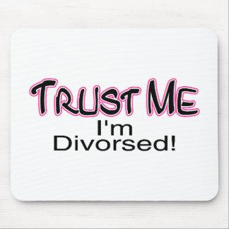 Confíe en que yo está divorciado (rosa) tapete de ratones