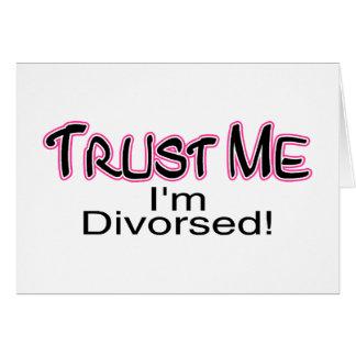 Confíe en que yo está divorciado (rosa) tarjeta de felicitación
