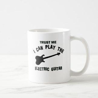 Confíe en que yo puede tocar la GUITARRA ELÉCTRICA Taza Básica Blanca