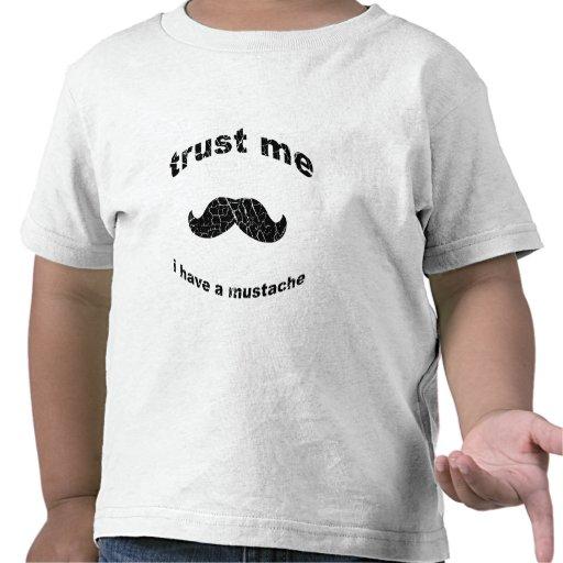 Confíe en que yo tiene un bigote camiseta