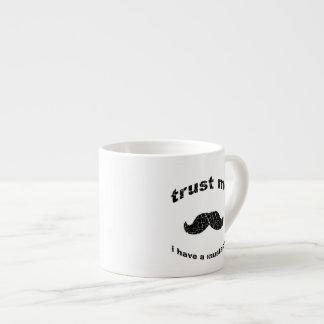 Confíe en que yo tiene un bigote tazita espresso