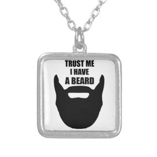 Confíe en que yo tiene una barba colgante cuadrado