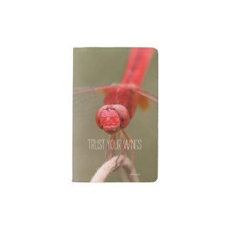 Confíe en su libélula del rojo de la cita de las funda para libreta y libreta pequeña moleskine