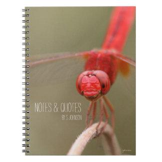 Confíe en su libélula del rojo de la cita de las libro de apuntes con espiral