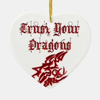Confíe en sus dragones adorno navideño de cerámica en forma de corazón