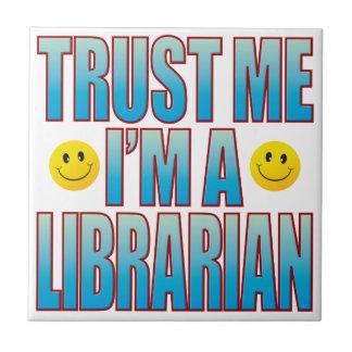 Confíeme en la vida B del bibliotecario Azulejo Cuadrado Pequeño