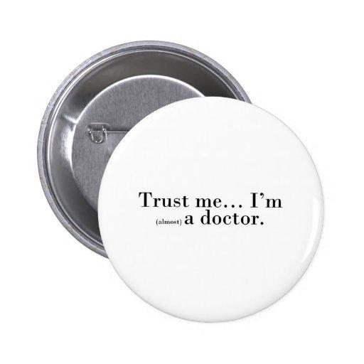 """""""Confíeme en… Soy (casi) doctor. """" Pin Redondo De 2 Pulgadas"""