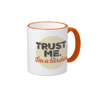 Confíeme en. ¡Soy un Birder! Emblema Taza A Dos Colores
