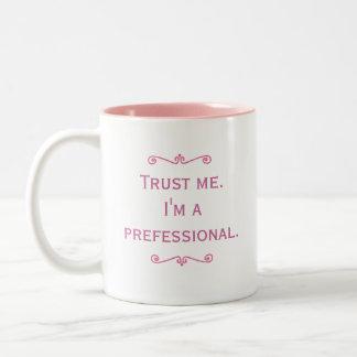 Confíeme en. Soy un Prefessional. (Rosa) Taza Dos Tonos