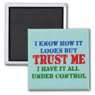 Confíeme en - todo bajo control imán cuadrado