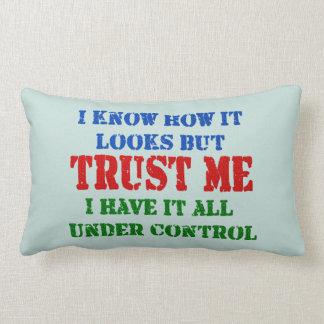 Confíeme en -- Todos bajo control Almohadas