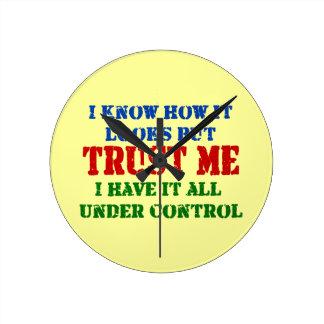 Confíeme en -- Todos bajo control Reloj