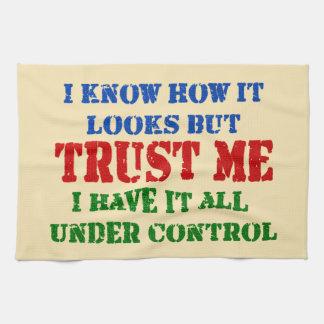 Confíeme en -- Todos bajo control Toallas De Mano