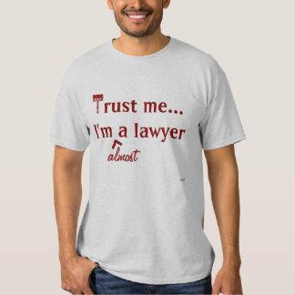 Confíeme en, yo son (casi) un abogado camisas