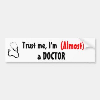 Confíeme en, yo son (casi) un DOCTOR Pegatina Para Auto