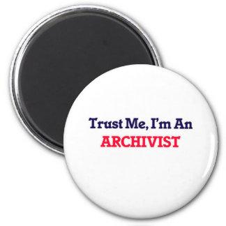 Confíeme en, yo son un archivista imán redondo 5 cm