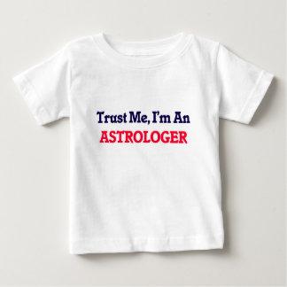 Confíeme en, yo son un astrólogo playera para bebé