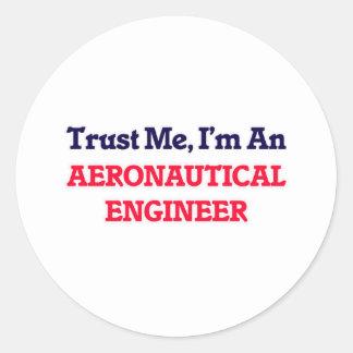 Confíeme en, yo son un ingeniero aeronáutico pegatina redonda