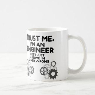 Confíeme en, yo son un ingeniero divertido taza básica blanca