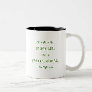 Confíeme en, yo son un Prefessional (el verde) Taza Dos Tonos