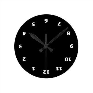 Confusión al revés reloj redondo mediano