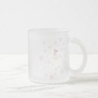 Congelando afuera, el interior acogedor, pica taza de cristal