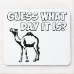 ¿Conjetura qué día es? Camello del día de chepa Alfombrillas De Ratón