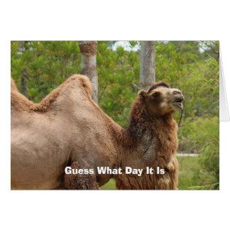 Conjetura qué día es cita divertida del camello tarjeta pequeña