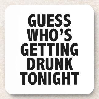 Conjetura que está consiguiendo bebida esta noche posavasos de bebida