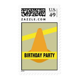 Cono anaranjado de la construcción y cumpleaños sellos