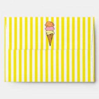 Cono de helado amarillo y blanco rayado sobres