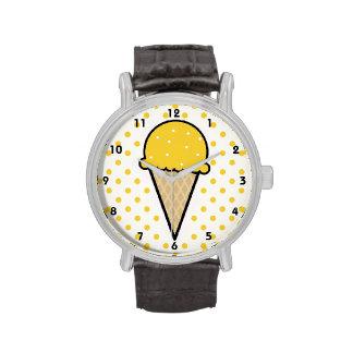 Cono de helado ambarino amarillo reloj de mano