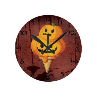 Cono de helado de la calabaza de Halloween Reloj Redondo Mediano