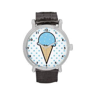 Cono de helado de los azules cielos relojes de pulsera