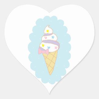 Cono de helado lindo del remolino pegatina en forma de corazón