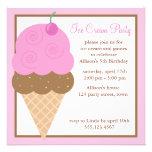 Cono de helado rosado de la fresa comunicados