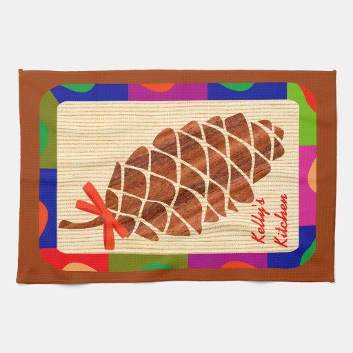 Cono del pino con la frontera colorida toalla de cocina