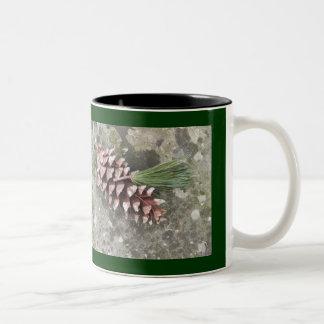 Cono del pino y taza de la borla