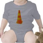 Cono del tráfico con las rayas amarillas traje de bebé