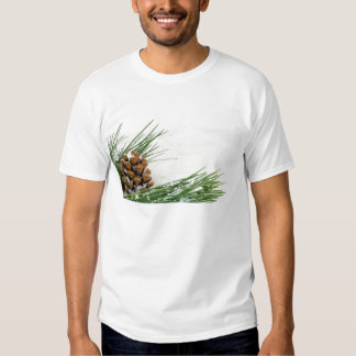 Cono y rama de abeto con la camiseta de los playera