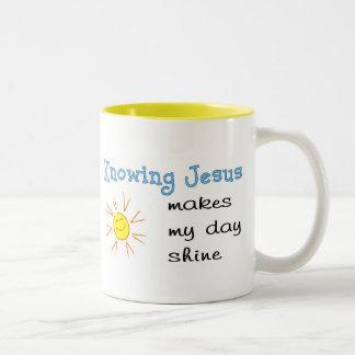 Conocer a Jesús hace mi brillo del día Taza De Dos Tonos