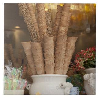 Conos del gelato del helado en la exhibición de la teja