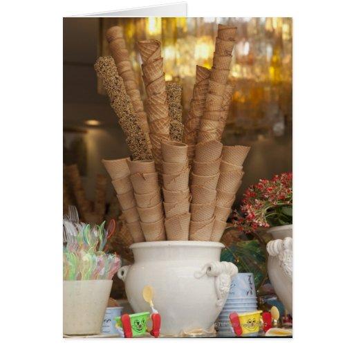 Conos del gelato del helado en la exhibición de la tarjeta de felicitación