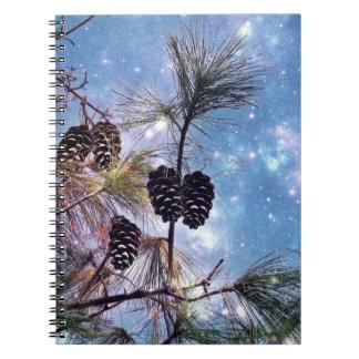 Conos del pino del invierno debajo de un cielo cuadernos