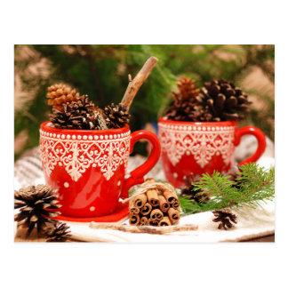 Conos del pino en tazas de café postal