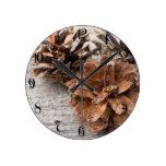 Conos del pino reloj redondo mediano