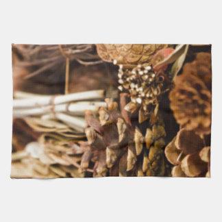 Conos festivos del pino toallas de mano